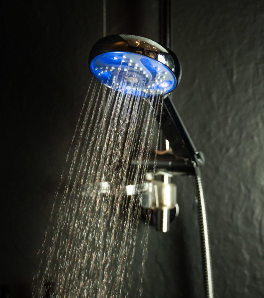 pommeau de douche sur fond noir moderne Hydrao partenaire de Konyks